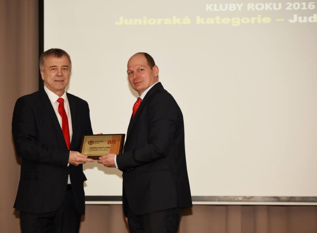 J. Dolejš, přebírá ocenění juniorský tým roku 2016 od místopředsedy ČSJu P. Smolíka