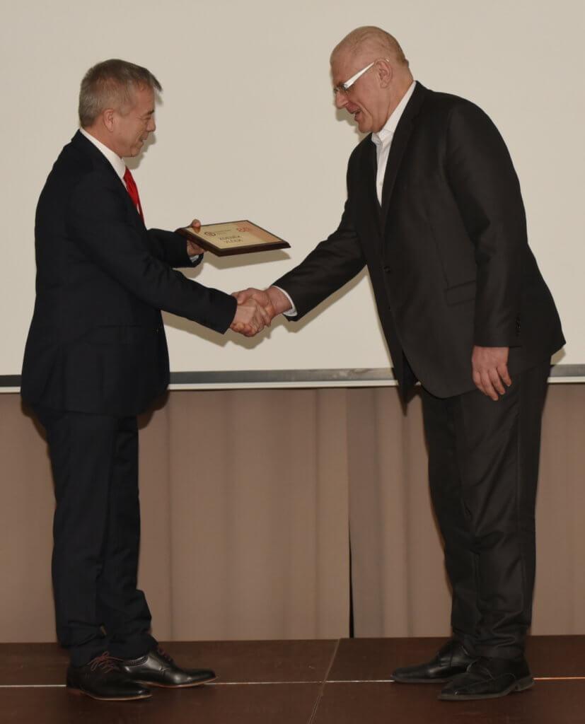 Zděnek Vlček, veterán r.2016, přebírá ocenění od předsedy ČSJu J. Dolejše